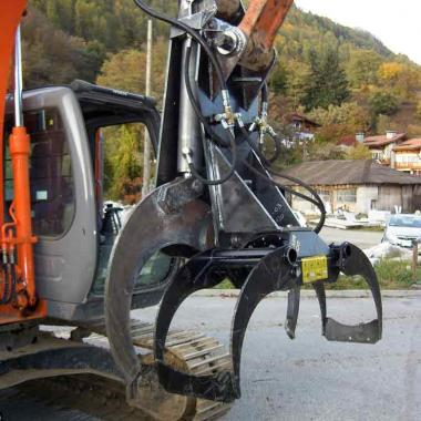 Cesoia idraulica taglia tronchi montata su escavatore