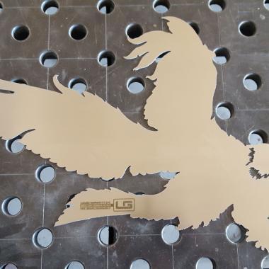 taglio acquila in acciaio INOX con logo azienda realizzato tramite acidatura