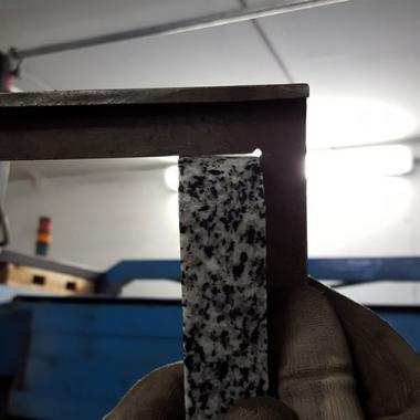 taglio granito spessore 30 mm... Taglio di separazione con qualità di finitura bassa. Taglio senza IKC, notare la conicità di taglio. Il pezzo va poi ripreso con frese per marmo