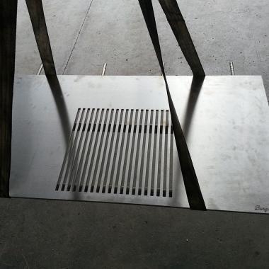 taglio piastra barbecue in acciaio INOX spessore 12 mm. Notare la marcatura a idrogetto in basso a destra