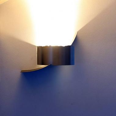 Luce a led da parete in acciaio inox e naturale