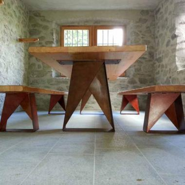 Tavolo e panche in acciacio effetto Cor-Ten