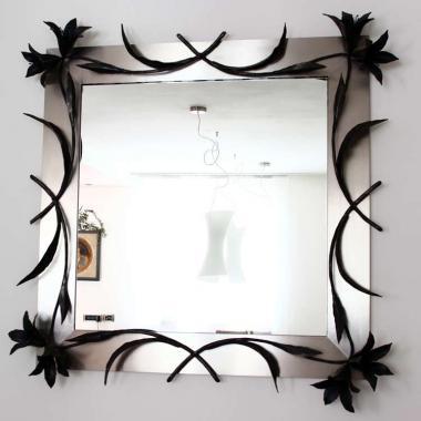 Specchio con cornice di acciaio inox satinato e ornamenti in ferro battuto