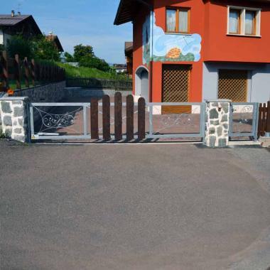 Cancello a battente motorizzato e decorativi zincati