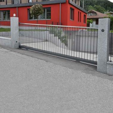 Cancello scorrevole inclinato e motorizzato