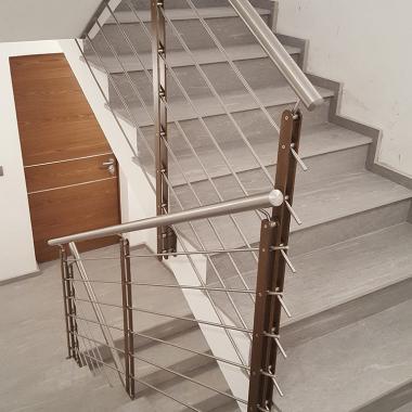 Parapetto per scala elicoidale in acciaio verniciato e inox